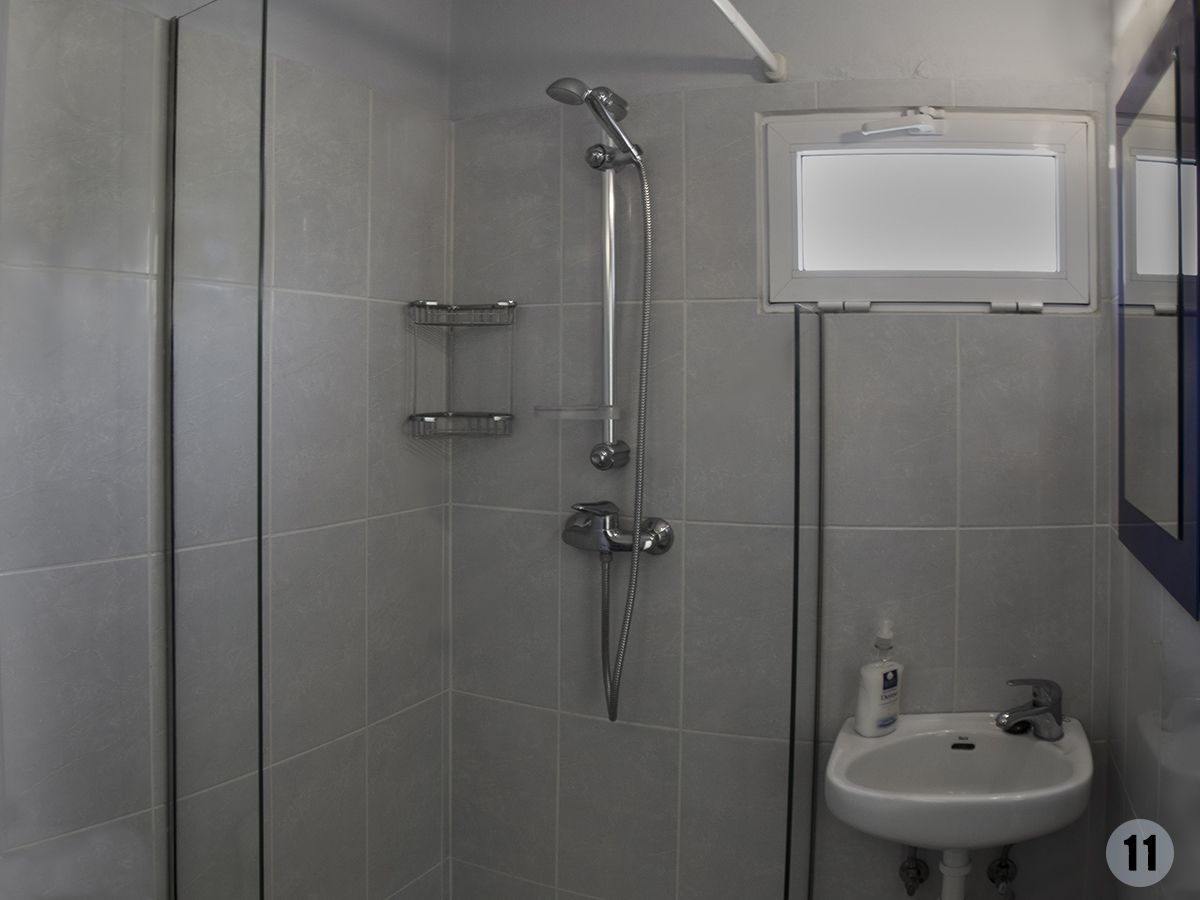 021 Loros bathroom 3.jpg